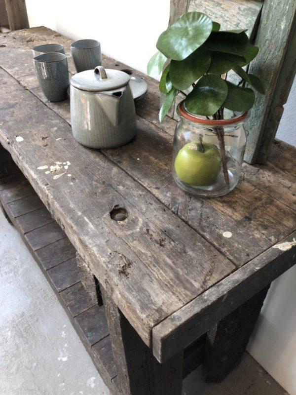 Oude houten kleine werkbank met opbergruimte