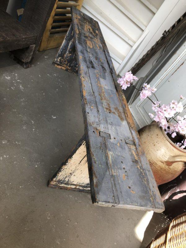 Oude houten lange blauwe bank met oude verbindingen