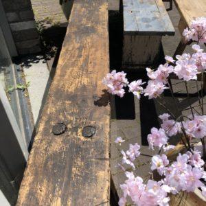 Oude houten boerenbank met mooe Franse verbindingen
