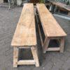 Oude lange houten schoolbank