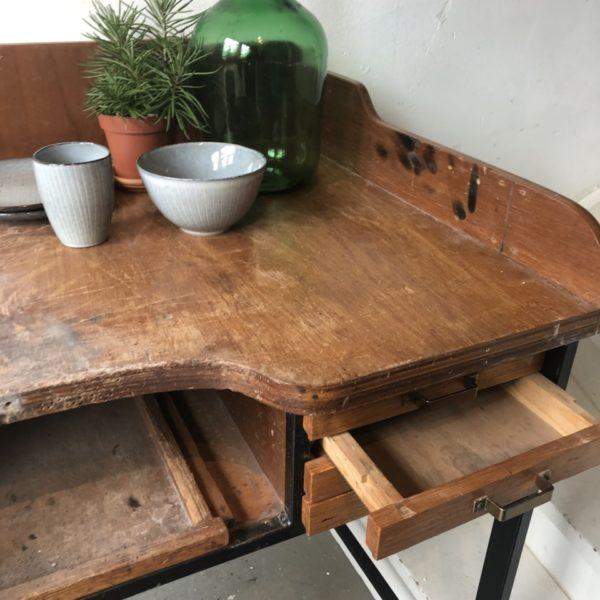 Oude houten werkbank met laden