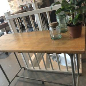 Oude industriele houten schooltafel