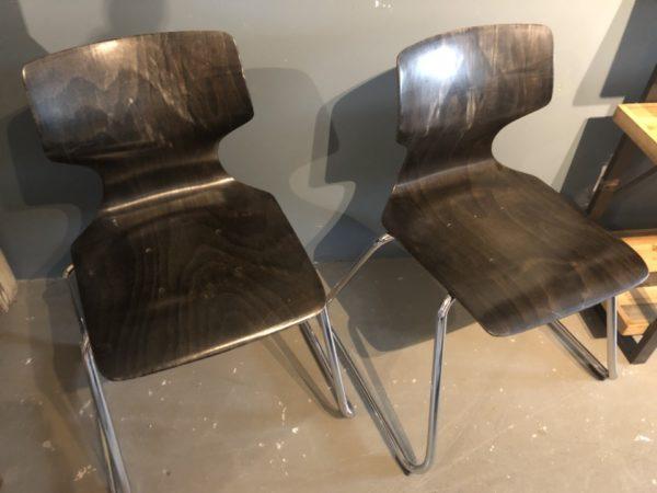Zwarte houten design stoel met ijzeren frame