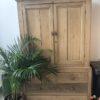Oude houten kast met laden