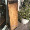 Oude houten trog met ijzeren platen