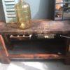 Oude houten smalle werkbank met schroef en twee laden