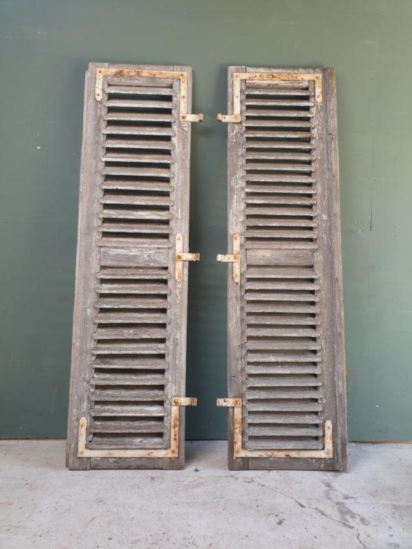 Grote oude houten louvre luiken
