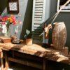 Grote oude houten werkbank met schroef