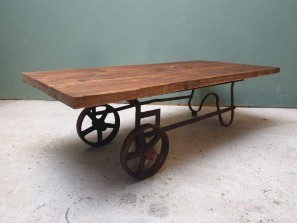 Industriele houten salontrolley tafel met gietijzer onderstel