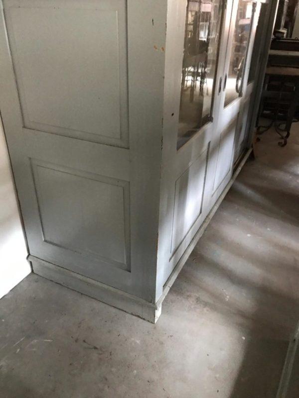 Oude grote hoge grijze apothekerskast