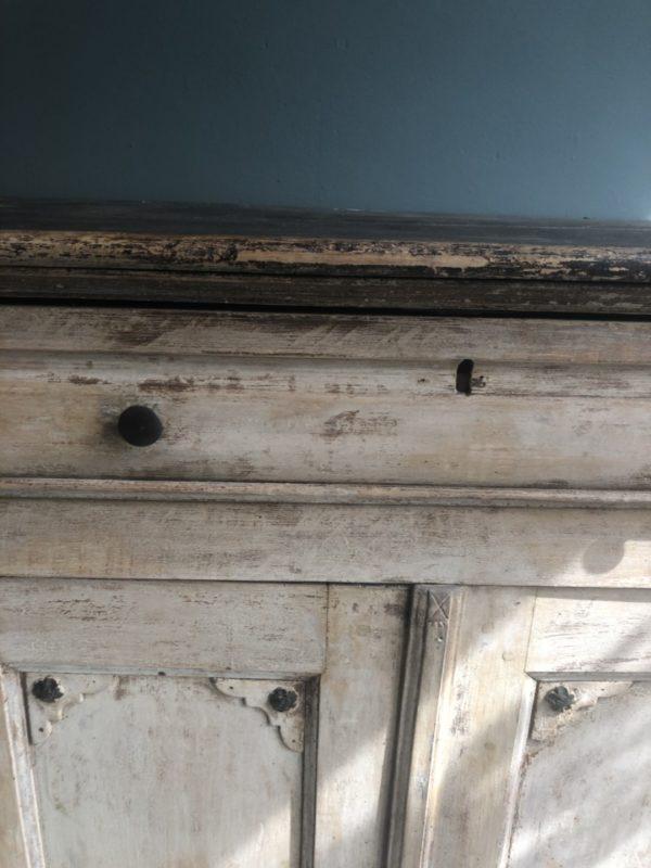 Oude houten hoge kast met legplanken