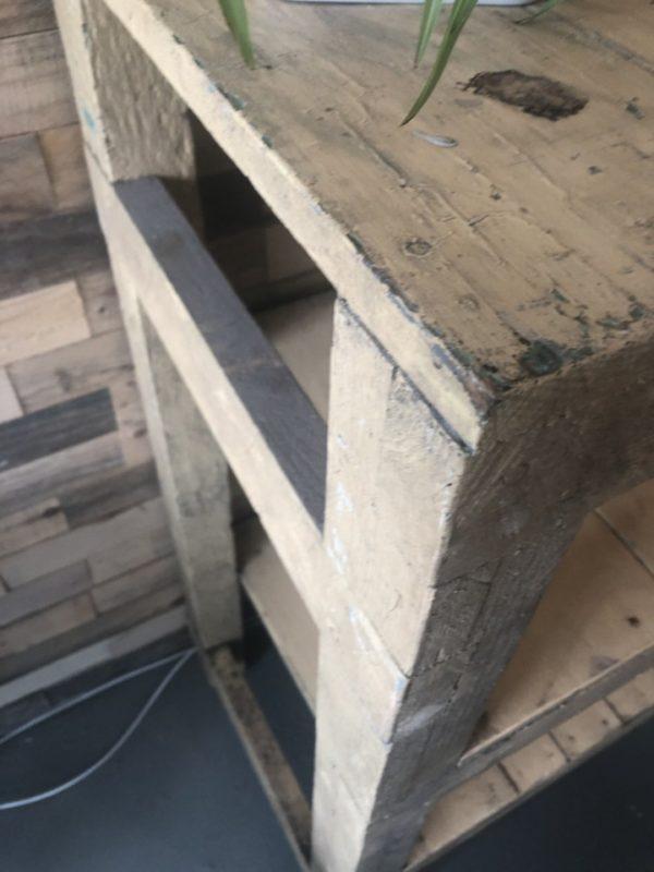 Oude houten open kast/sidetable