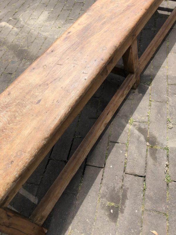 Oude houten lange schoolbank