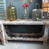 Oude houten smalle werkbank mooi verweerd met schroef met opbergruimte