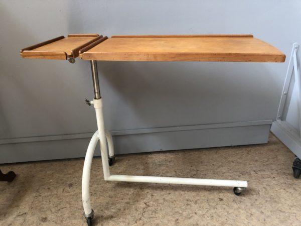 Oude industriele apothekerstafel op wielen