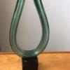 Glazen hoefvormige sculptuur op glazen standaar
