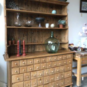 Oude houten apothekerskast met 60 laden