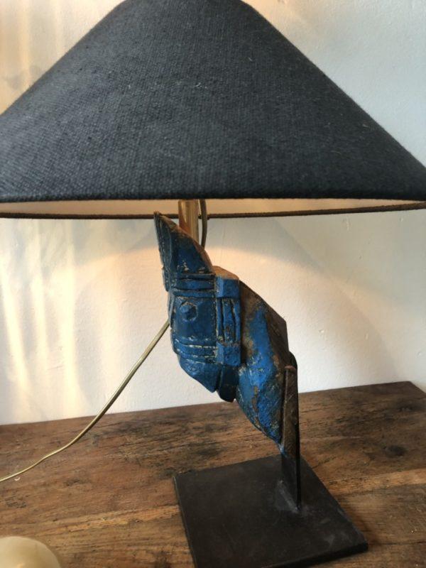 Antieke blauw gelakt houten ornament van een paardenhoofd als schemerlamp