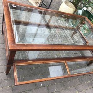 Oude iepenhouten salontafel met geslepen glasplaten en klapdeurtjes