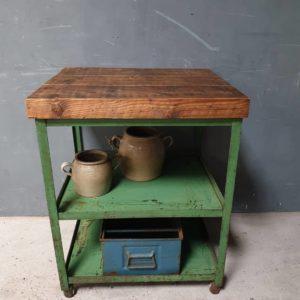 Industriele groene tafel met mooi houten blad op wielen