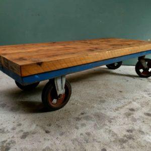 Industriele grote salontrolley met mooi houten blad op wielen
