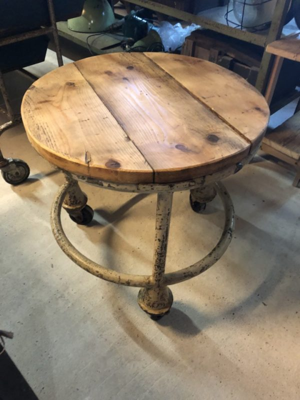 Industriele ronde tafel met mooi houten blad