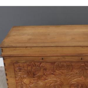 Oude houten dekenkist, mooi bewerkt met siervogels