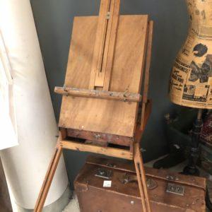 Oude houten reisschildersezel met houten bakje