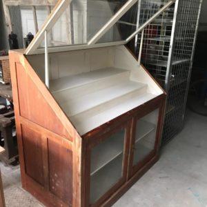 Oude houten vitrinekast met glazen deuren