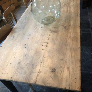 Oude lange houten tafel met mooi blad, 8 personen