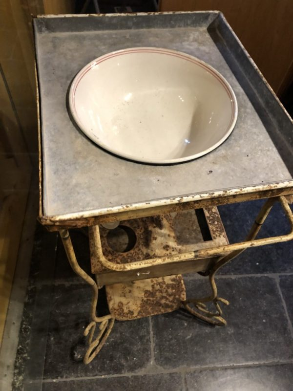 Antieke gietijzeren lossttaande wastafel met zinken kom