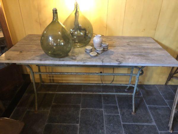 Industriele grote tafel met houten blad en ijzeren onderstel