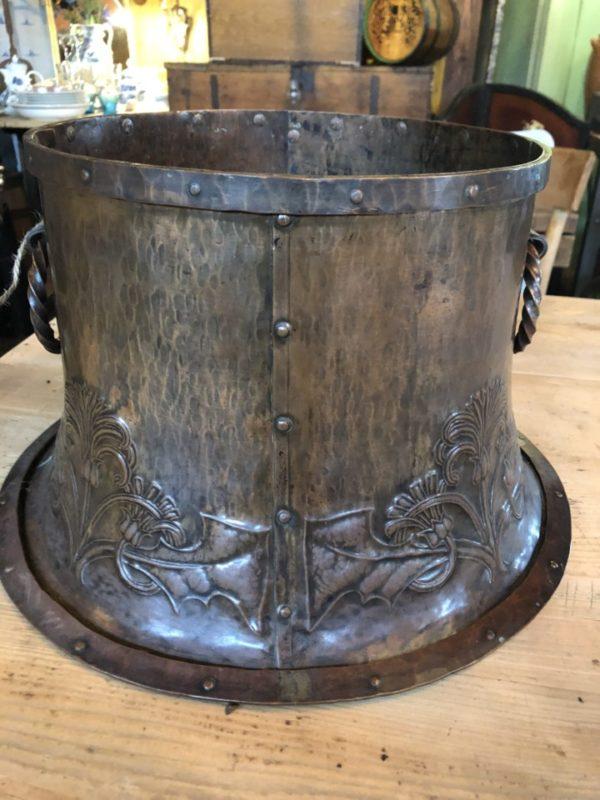 Antieke koperen ronde bak geklonken