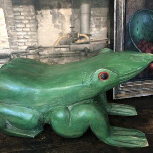Beeld van groene grote houten kikker