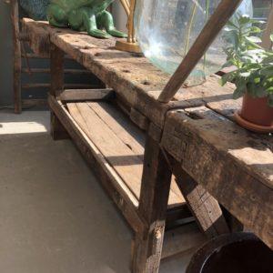 Oude houten lange bank met schroef