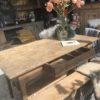 Oude houten boeren tafel met grote lade