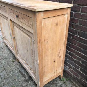 Oude grote houten buffetkast met laden