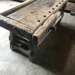 Oude houten lange werkbank met schroef