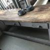 Oude houten werkbank/sidetable met laden