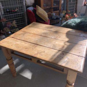 Antieke houten tafel met twee laden