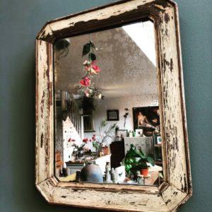 Oude spiegel in oude houten lijst