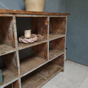 Oude houten vakkenkast met mooi blad