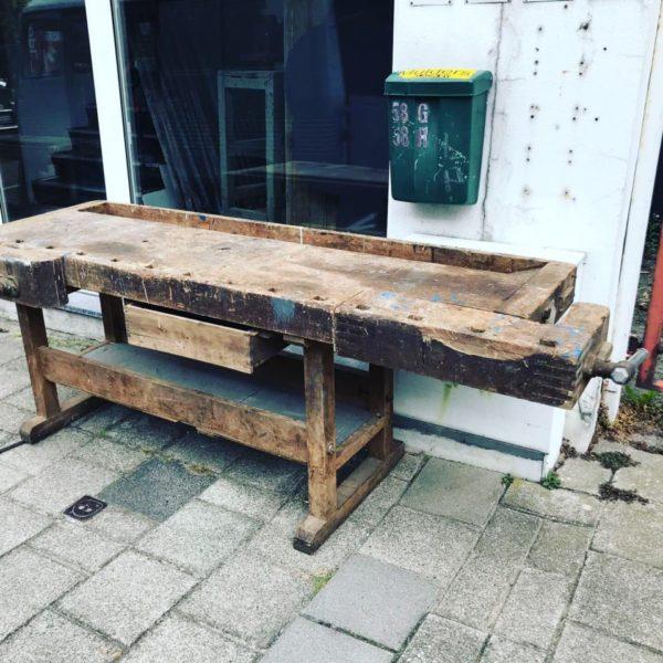 Oude houten werkbank met opbergruimte