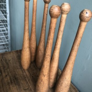Oude houten jongleer kegels