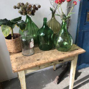 Oude notenhouten tafel met lade