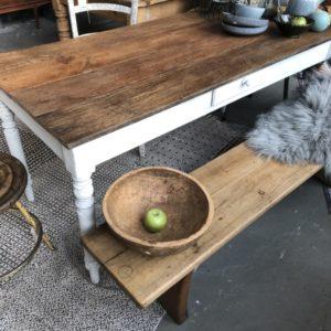 Oude houten tafel met mooi eiken blad