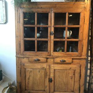 Oude houten grote buffekast met laden