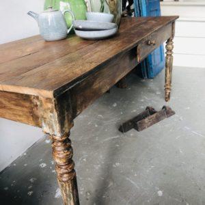 Oude tafel met mooi houten eiken blad