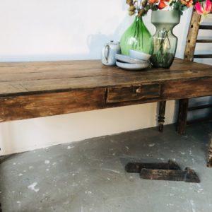Oude houten tafel met lade