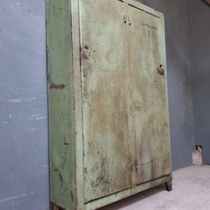 Oude industriele stalen fabriekskast met twee deuren